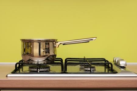 estufa: olla en la estufa de gas Foto de archivo