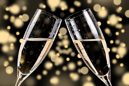 brindisi champagne: bicchieri di champagne su sfondo bokeh