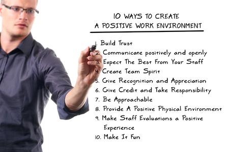 ambiente laboral: diez maneras de crear un ambiente de trabajo positivo Foto de archivo