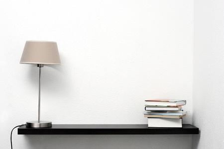 estanter�as: estanter�a en la pared con l�mpara y libros