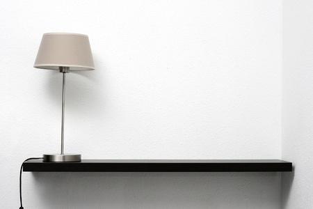 shelves: estante en la pared con l�mpara Foto de archivo
