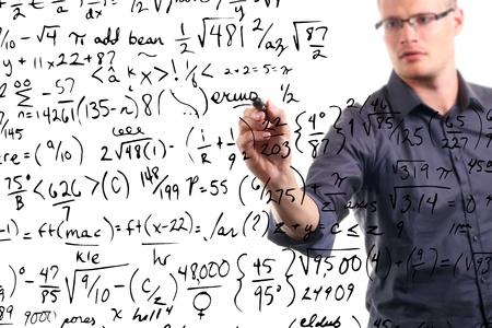 matematica: hombre escribe ecuaciones matem�ticas en la pizarra