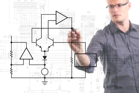 electrical circuit: ingegnere elettrico Schema di disegno sulla lavagna