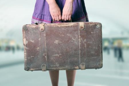 reizen: vrouw met bagage op de luchthaven Stockfoto