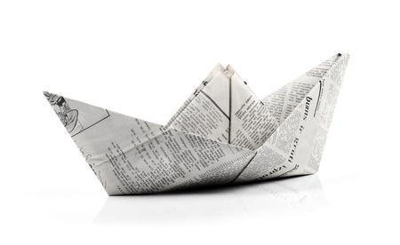 papier origami bateau isolé sur blanc