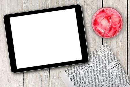tableta, prensa y rosa cóctel digital en blanco de mesa de madera