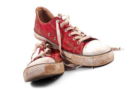 escarpines: un par de zapatillas de deporte sucias Foto de archivo