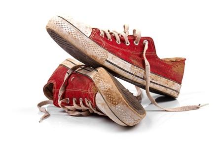 escarpines: un par de zapatillas de deporte sucias aislado en blanco