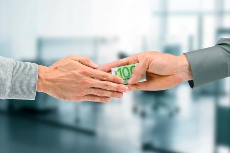 remuneraci�n: concepto de corrupci�n - hombre de negocios dando un soborno Foto de archivo