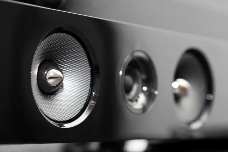 equipo de sonido: primer plano de la barra de sonido del altavoz