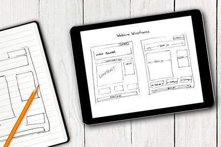 디지털 태블릿 화면에 웹 사이트 와이어 프레임 스케치 스톡 콘텐츠