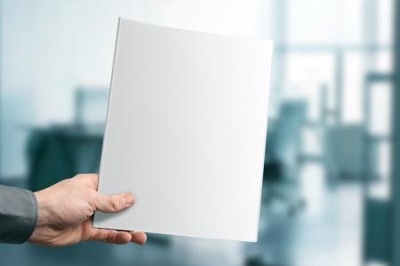 držení: ruce drží prázdný zásobník s kopií prostoru v kanceláři
