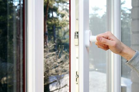 open windows: ventana de pvc de plástico abierta mano