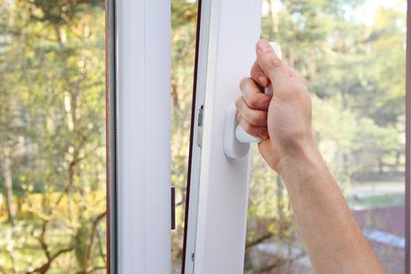 ventana abierta: Abrir ventana de pl�stico mano