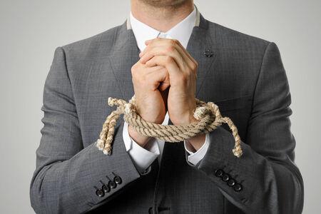 preso: hombre de negocios con una cuerda las manos atadas