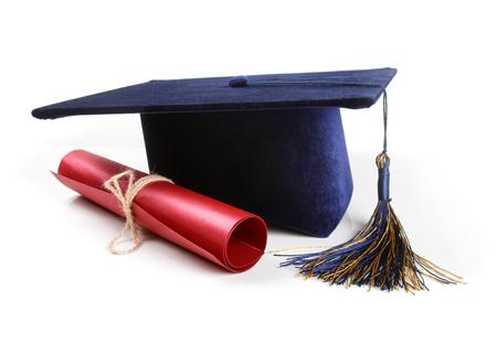 mortero: sombrero de graduación y diploma aislados en blanco