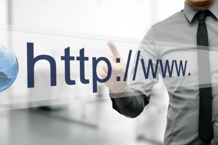 lien: adresse Internet dans le navigateur sur l'écran virtuel web