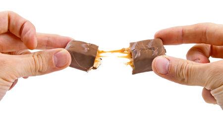 chocoladereep in handen geïsoleerd op wit