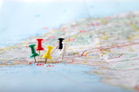 viaggi: punti di destinazione di viaggio su una mappa