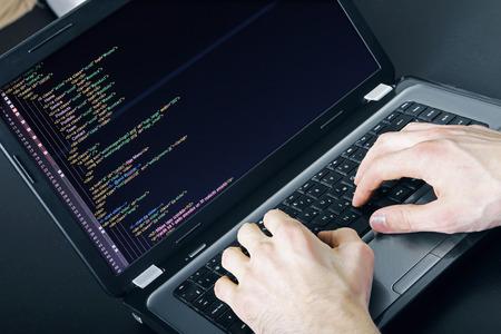 escribiendo: programador ocupaci�n - escribiendo c�digo de programaci�n en la computadora port�til