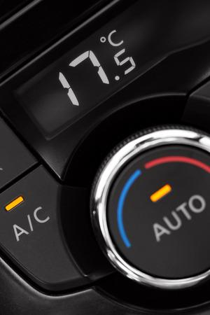 tablero de control: primer plano de panel de aire acondicionado en el interior de un coche