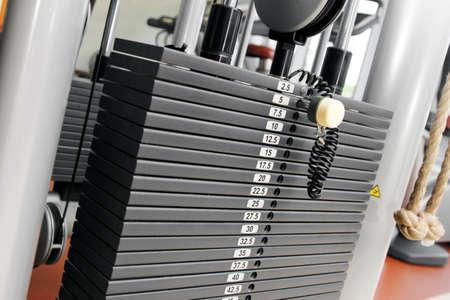apilar: pila de pesas en un gimnasio