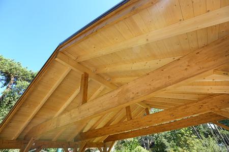 wooden roof construction of outdoor carport Standard-Bild