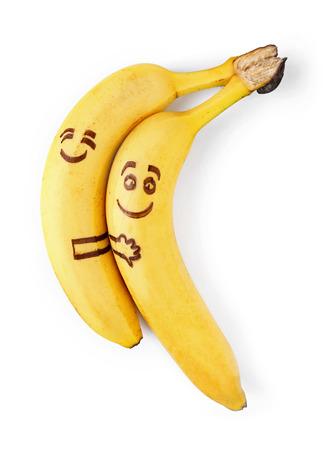 aliments droles: bananes avec des visages souriants, en couple dans concept de l'amour