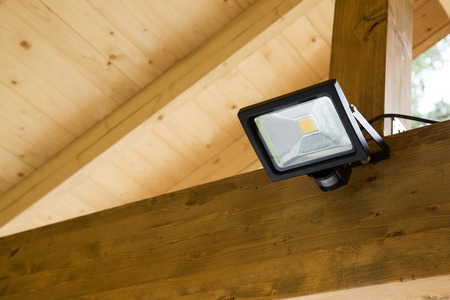 LED projector met motion sensor in de buitenlucht carport Stockfoto