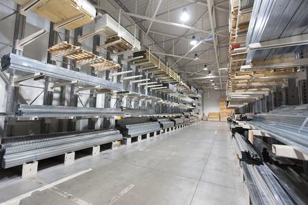 bouwmateriaal magazijn, planken met aluminium profielen Stockfoto