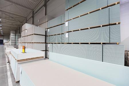 Entrepôt avec des piles de construction de plâtre Banque d'images - 48393069