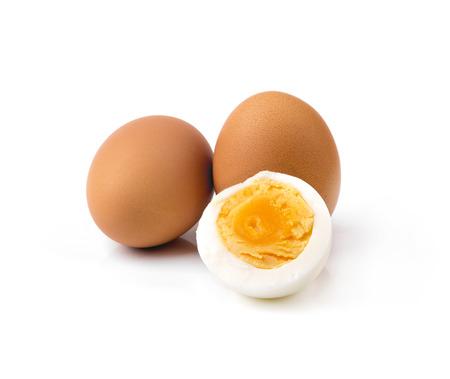 oeufs de poule bouillie isolés sur blanc