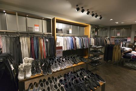 Innenraum der Freizeitkleidung und Schuhe Shop