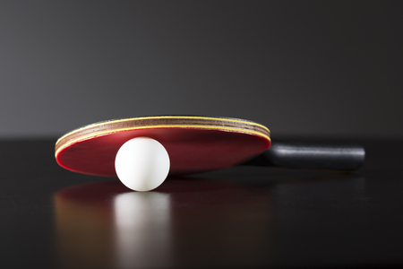 ping pong: ping-pong de la raqueta y la pelota en la tabla oscuro