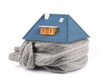 Concepto de aislamiento del hogar. bufanda alrededor de la casa aislada en blanco