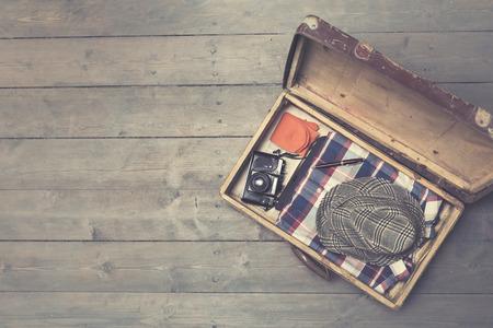 voyage: ouvert valises vintage avec des vêtements et des accessoires. copie espace