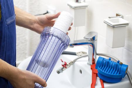 filtraci�n: plumber installing new water filtration system Foto de archivo