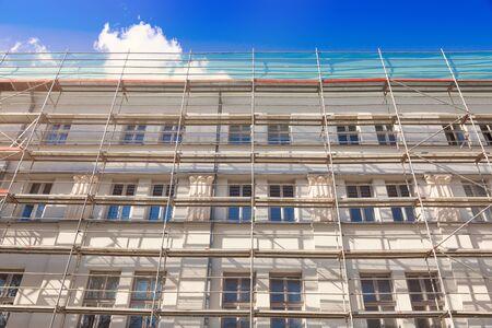 huis exter met steiger - oude stad gebouw gevel restauratie Stockfoto