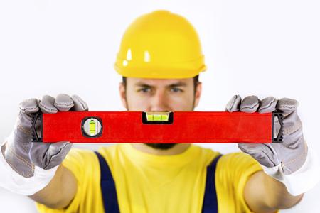 Qualitätskontrolle - Bauarbeiter mit Wasserwaage Standard-Bild