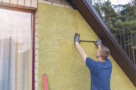 Fachada: casa de aislamiento - aislamiento de fachada de la casa con lana mineral de roca Foto de archivo