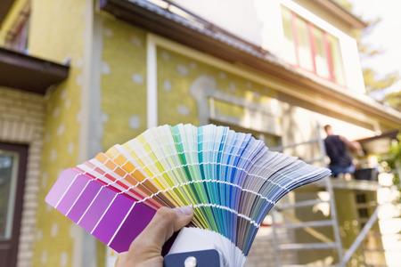 het kiezen van een verf kleur voor huis Exter, gevel
