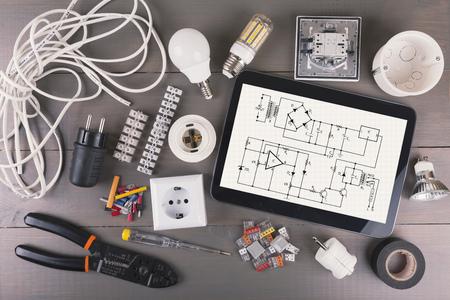 enchufe: tableta digital con el esquema de circuitos y equipos eléctricos