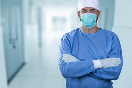 병원 복도에 서있는 의사 외과 의사