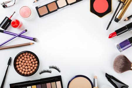 vista superior de los cosméticos en blanco con el espacio de la copia