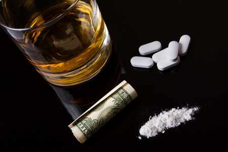 Narcotica verslaving - alcohol, drugs en cocaïne Stockfoto - 69636072