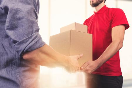 szállítás: férfi elfogadó szállítási dobozok házhozszállítás futárral