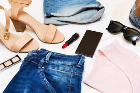 ropa de verano: , El concepto de compra de ropa de moda y accesorios de las mujeres Foto de archivo
