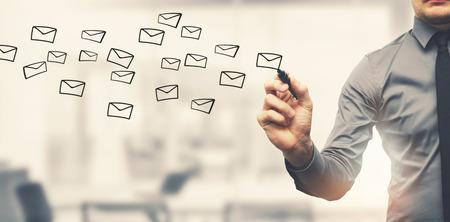 el envío de correo electrónico concepto - dibujo empresario sobres en offiice