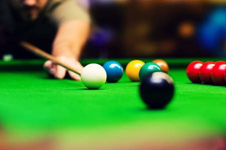 playing snooker - man aiming the cue ball Reklamní fotografie