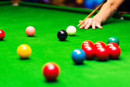 playing snooker - man aiming the cue ball Banque d'images